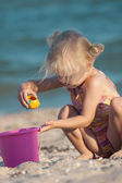 Little girl joys on a beach — Stock Photo