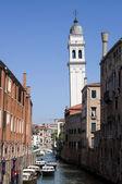 Kanálu a věž benátky, itálie — Stock fotografie