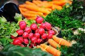Alimentos vegetales orgánicos frescos en mercado — Foto de Stock