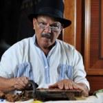 Man making luxury handmade cuban cigare — Stock Photo #5606985