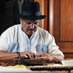 lüks el yapımı Küba cigare yapma dostum — Stok fotoğraf
