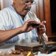 Man making luxury handmade cuban cigare — Stock Photo