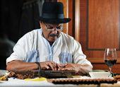 Uomo di lusso a mano cigare cubana — Foto Stock