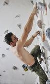 Hombre ejercer la escalada deportiva — Foto de Stock