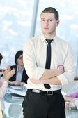 Unga företag man ensam i konferensrum — Stockfoto