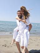 Casal jovem feliz se divertir na praia — Fotografia Stock