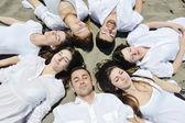 Gruppo di giovani felici in divertirsi in spiaggia — Foto Stock