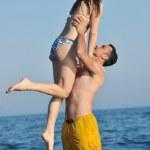 casal jovem feliz ter tempo romântico na praia — Foto Stock