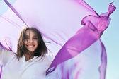 ビーチで若い女性を楽しむ — ストック写真