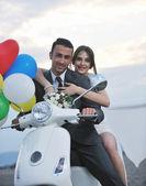 Coppia sullo scooter corsa bianca spiaggia appena sposata — Foto Stock