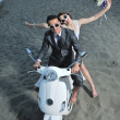 couple sur le scooter de ride blanc plage juste marié — Photo