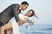 Hochzeit romantisch am strand bei sonnenuntergang — Stockfoto