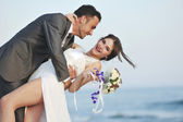 Romantische strand bruiloft bij zonsondergang — Stockfoto