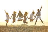 Glückliche junge gruppe viel spaß am strand — Stockfoto