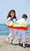Šťastné dítě skupina hraje na pláži — Stock fotografie