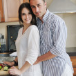 Szczęśliwa młoda para zabawy w nowoczesnej kuchni — Zdjęcie stockowe #5863436