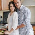 pareja joven divertirse en cocina moderna — Foto de Stock   #5863436