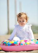 ビーチで小さな女性子供の肖像画 — ストック写真
