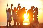 Grupp unga njuta av sommarfest på stranden — Stockfoto