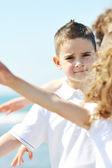 Gruppo felice figlio giocando sulla spiaggia — Foto Stock