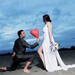 日没時のロマンチックなビーチの結婚式 — ストック写真