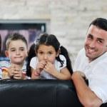 joven familia en casa — Foto de Stock