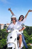 Retrato de casal feliz amor jovem em scooter desfrutando verão t — Foto Stock