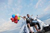 只被已婚夫妇上海滩乘坐白色踏板车 — 图库照片