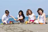 Barn som leker på stranden — Stockfoto