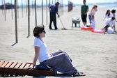 Mladá žena relaxovat na pláži — Stock fotografie