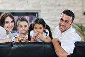 Jeune famille à la maison — Photo