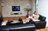 Heureux jeune couple se détendre à la maison — Photo