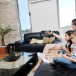 família wathching flat tv no interior de casa moderna — Foto Stock