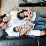 Молодая семья дома — Стоковое фото #6022026