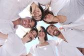 ビーチで楽しく幸せな若いグループ — ストック写真