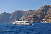 Santorini island coast with luxury yacht — Stock Photo