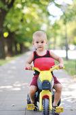 Bambini nel parco di cavalcare il ciclo park — Foto Stock