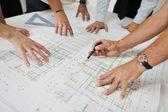 Equipo de arquitectos en el sitio de construciton — Foto de Stock