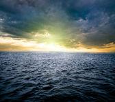 Lever du soleil sur l'océan — Photo