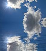 Solen bakom moln reflektion — Stockfoto