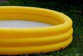 желтый бассейн — Стоковое фото