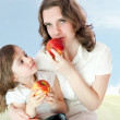 Mom and daughter with apples - healthy life — Stock Photo