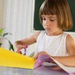 alumno de primaria con papel de colores y tijeras — Foto de Stock