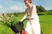 Femme heureuse sur le vélo dans la campagne — Photo