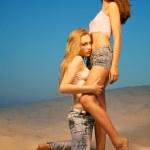 Two beautiful girls in the desert — Stock Photo
