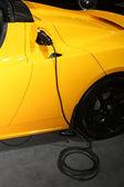 Laddning av hybridbil — Stockfoto
