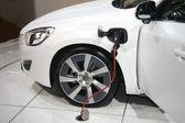 Bílá hybridní auto na nabijeni — Stock fotografie