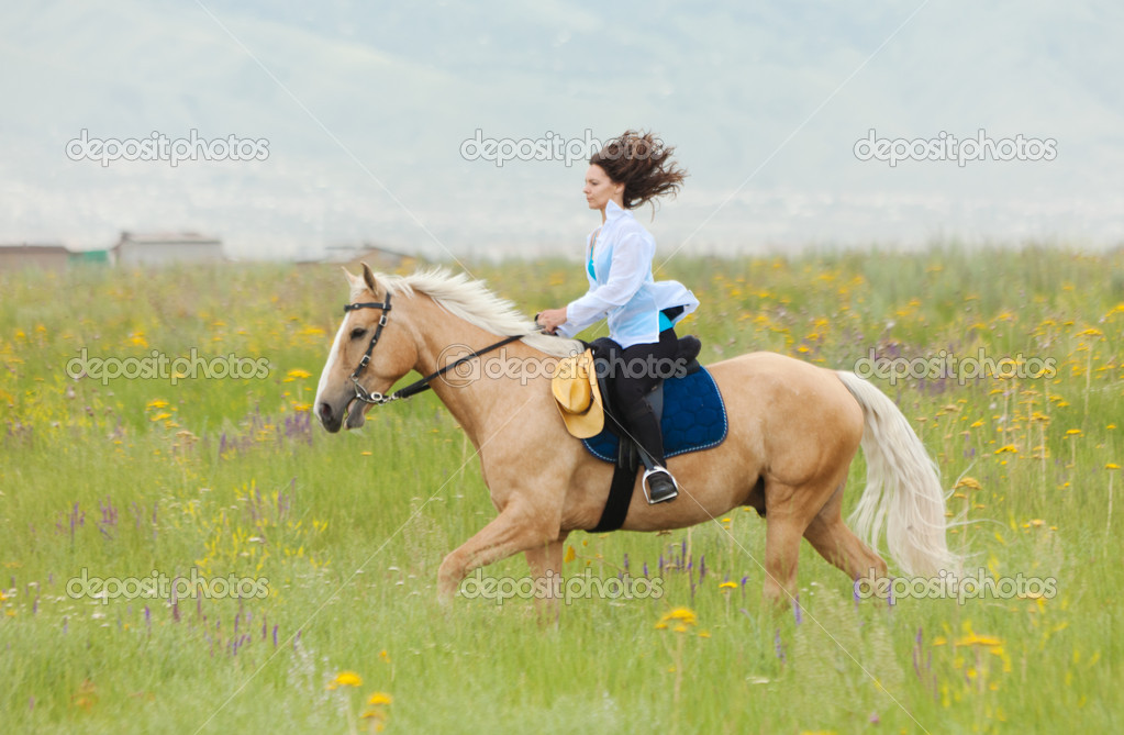 The girl skips on a green field on the horse — Stock Photo #6503462