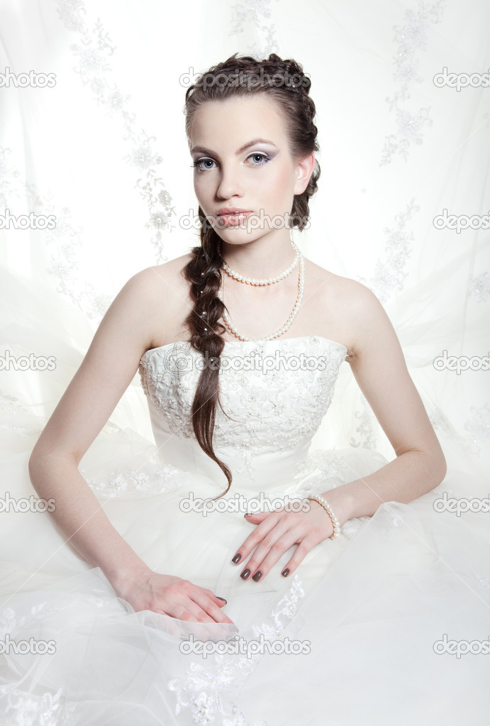 Very beautiful girl the bride, with the imposed make-up and a hairdress — Stock Photo #6503538