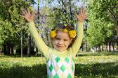 手と頭に花輪を捧げる公園で幸せな子供 — ストック写真